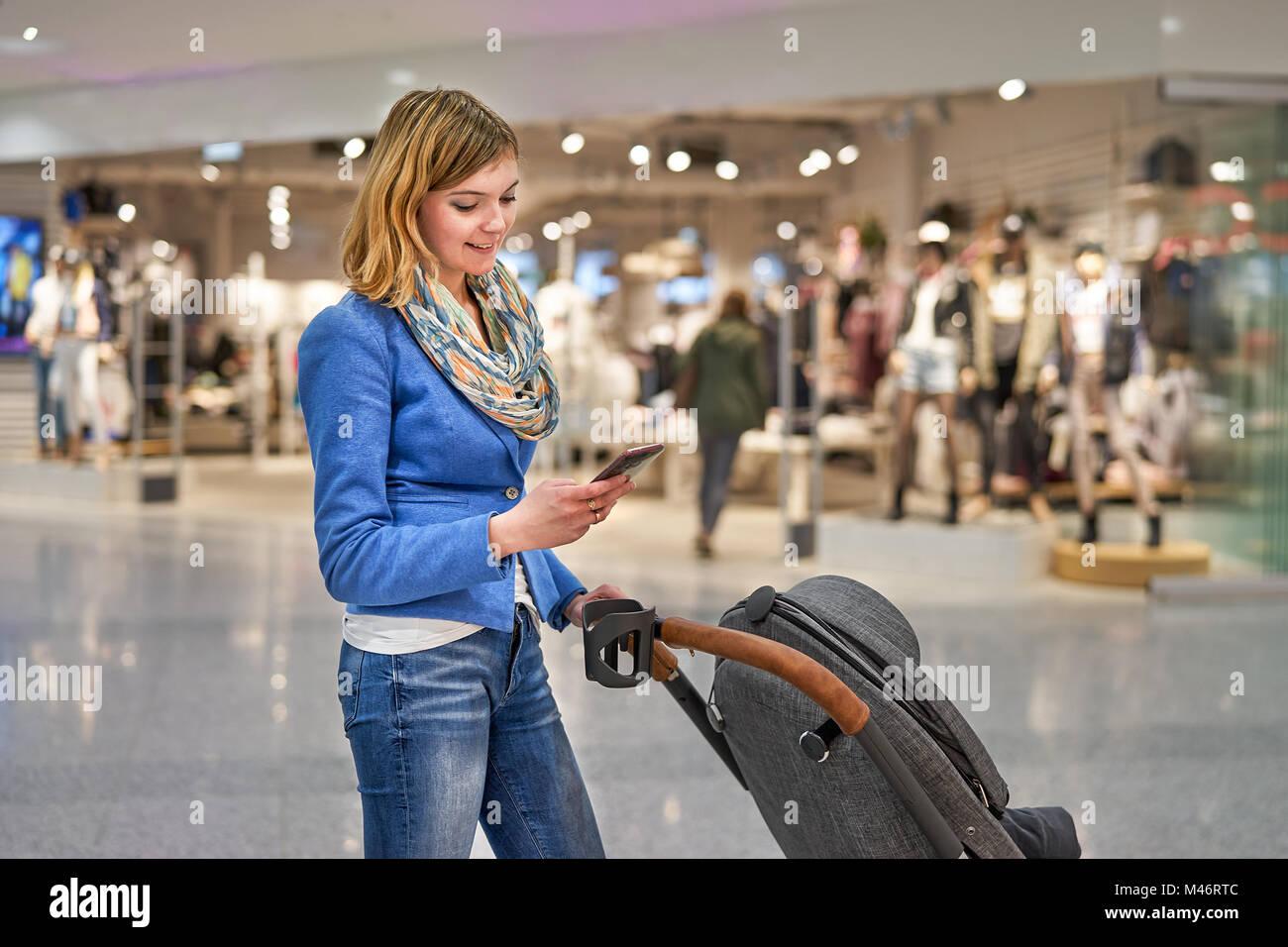 Femme élégante avec un téléphone mobile Photo Stock