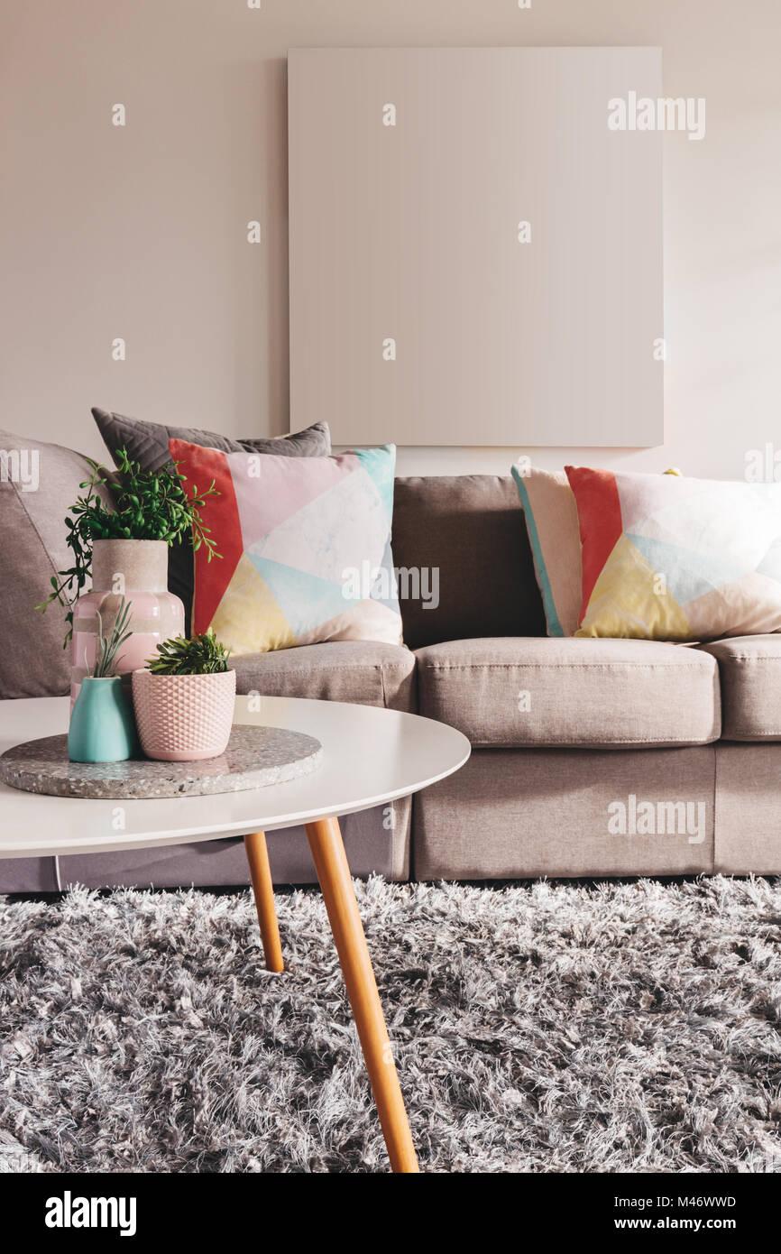 Salon canapé moderne avec des illustrations sur le mur ...