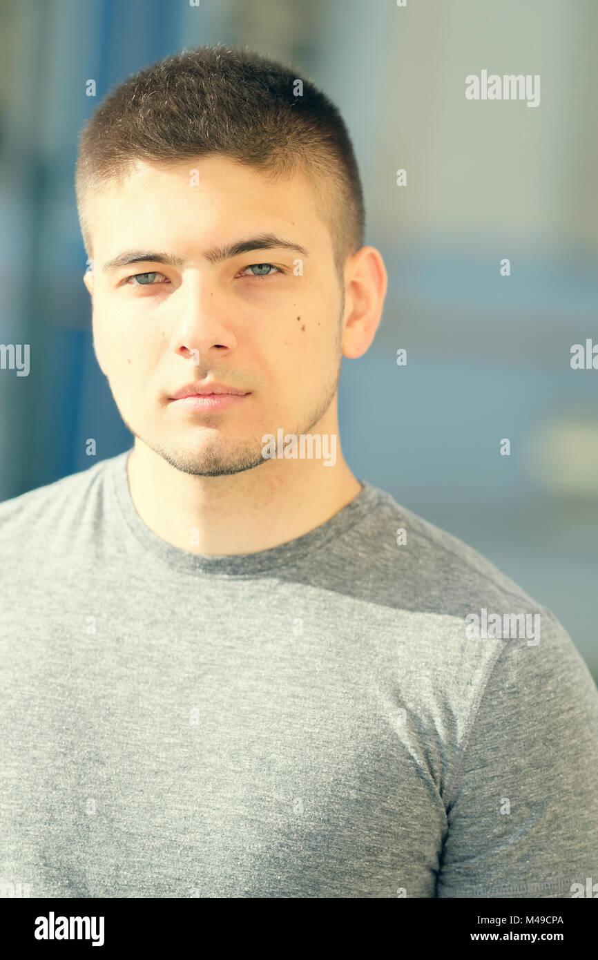 Jeune homme dans le contexte urbain. Photo Stock