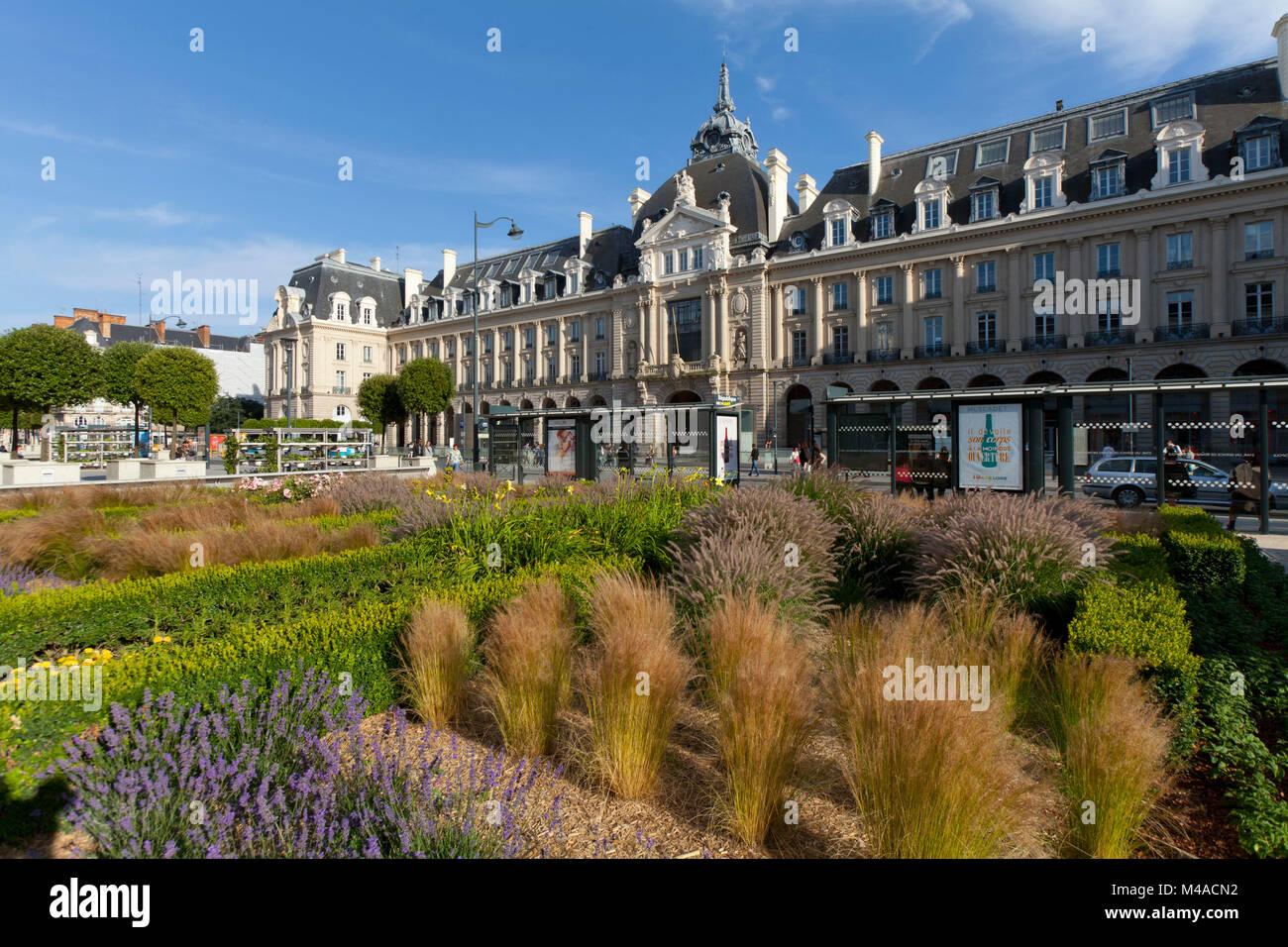 """Rennes (Bretagne, nord-ouest de la France): """"La place de la République et la place des """"Palais du commerce"""", un bâtiment abritant le bureau de poste (""""La Poste""""). (N Banque D'Images"""