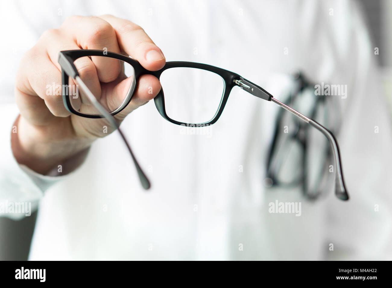 7d712bc64e5a0c Opticien lunettes donnant une nouvelle clientèle à des fins de test et d  essayer.