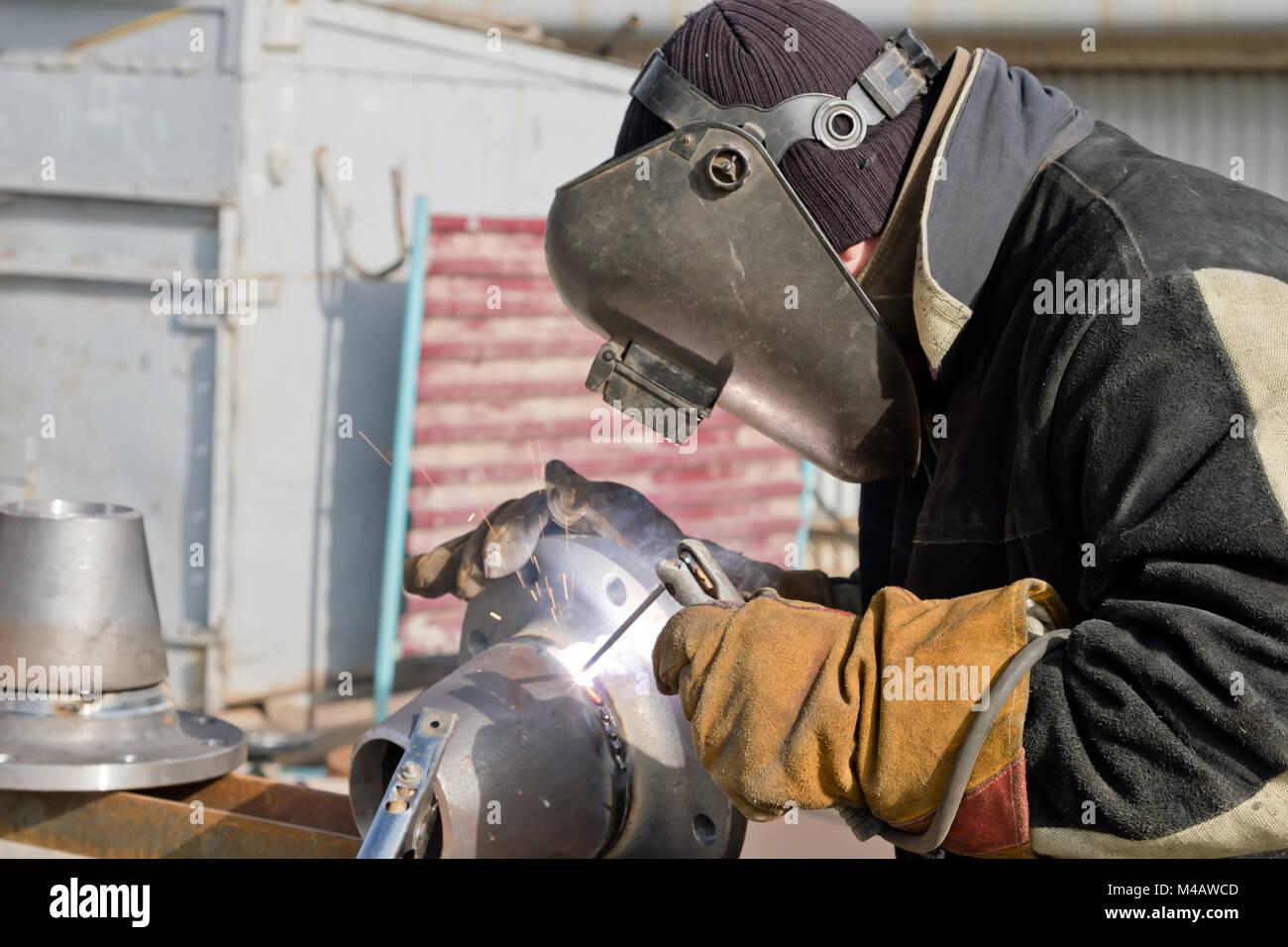 Travaux de soudure sur la fabrication d'unités et pièces de pipelines Photo Stock
