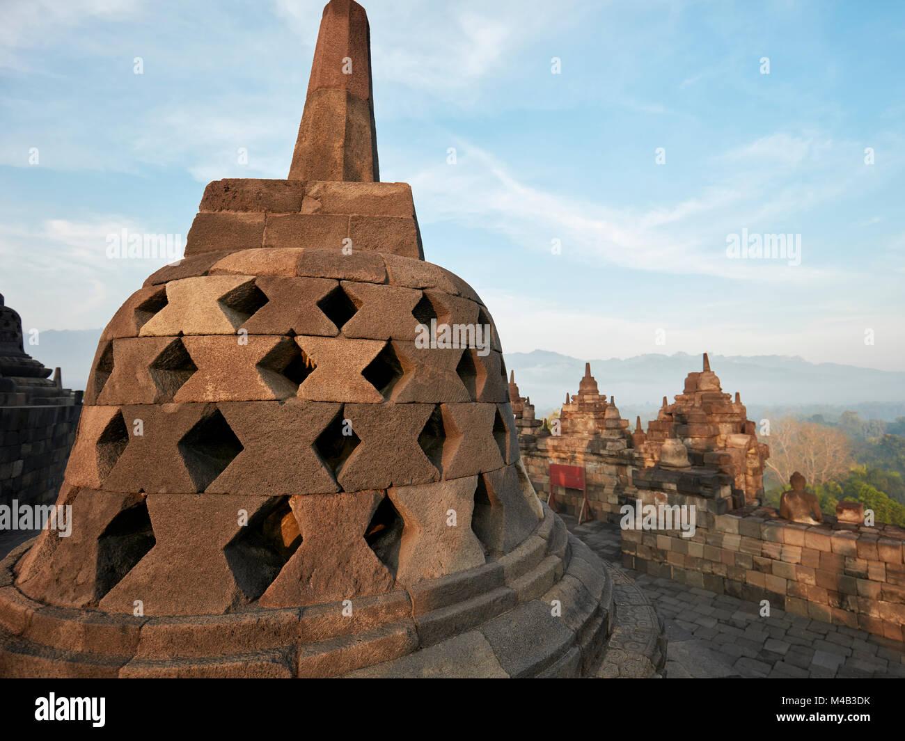 Rhombus troué stupa à Borobudur Temple Bouddhiste. Regency Magelang, Java, Indonésie. Banque D'Images