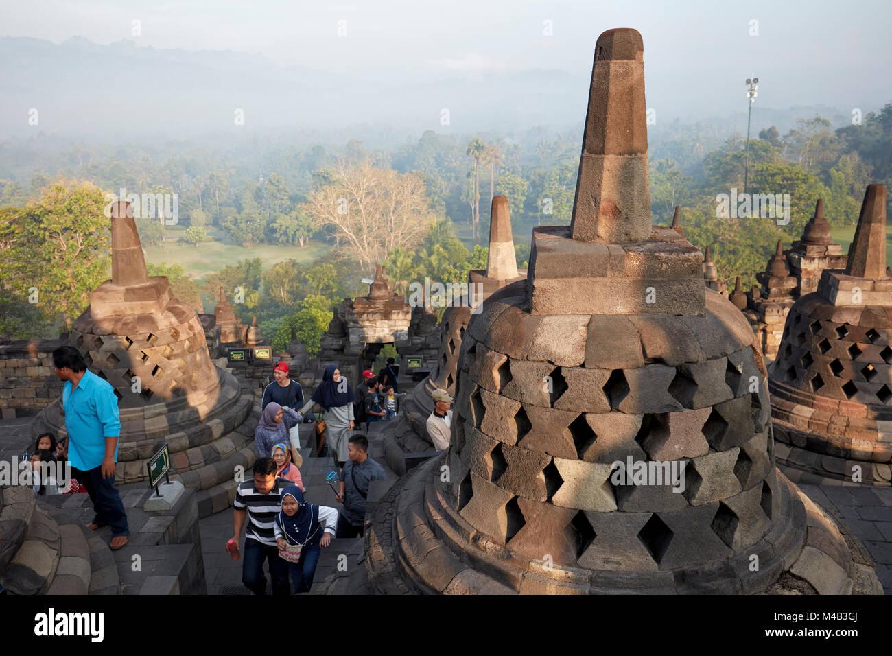 Les touristes visitant Borobudur Temple Bouddhiste. Regency Magelang, Java, Indonésie. Banque D'Images