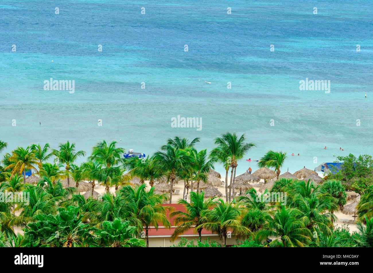 Les touristes profiter de la magnifique mer des caraïbes bleu Banque D'Images