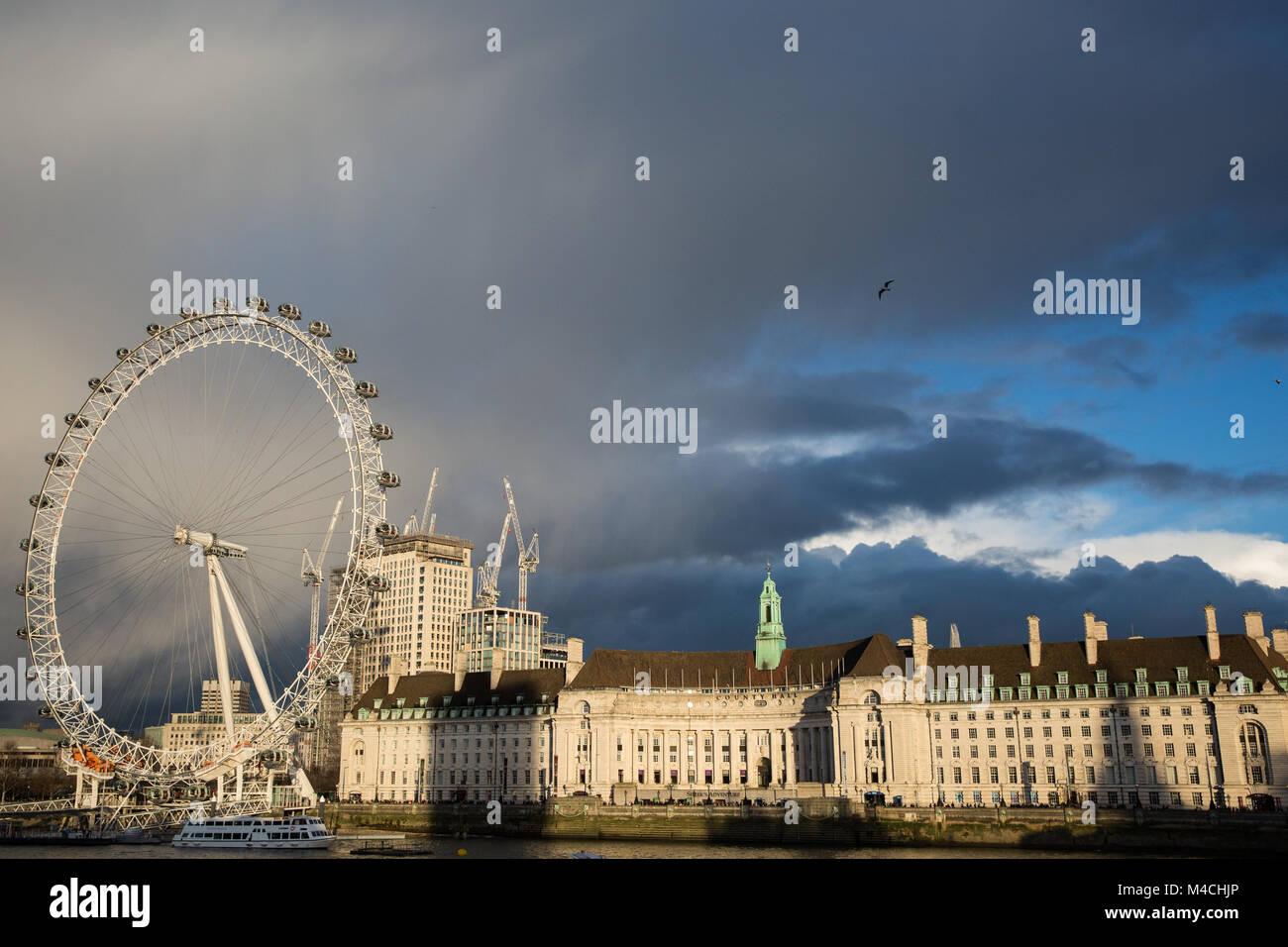 Londres, Royaume-Uni. 11 Février, 2018. Trouver la fin de l'après-midi soleil tombe sur le County Photo Stock