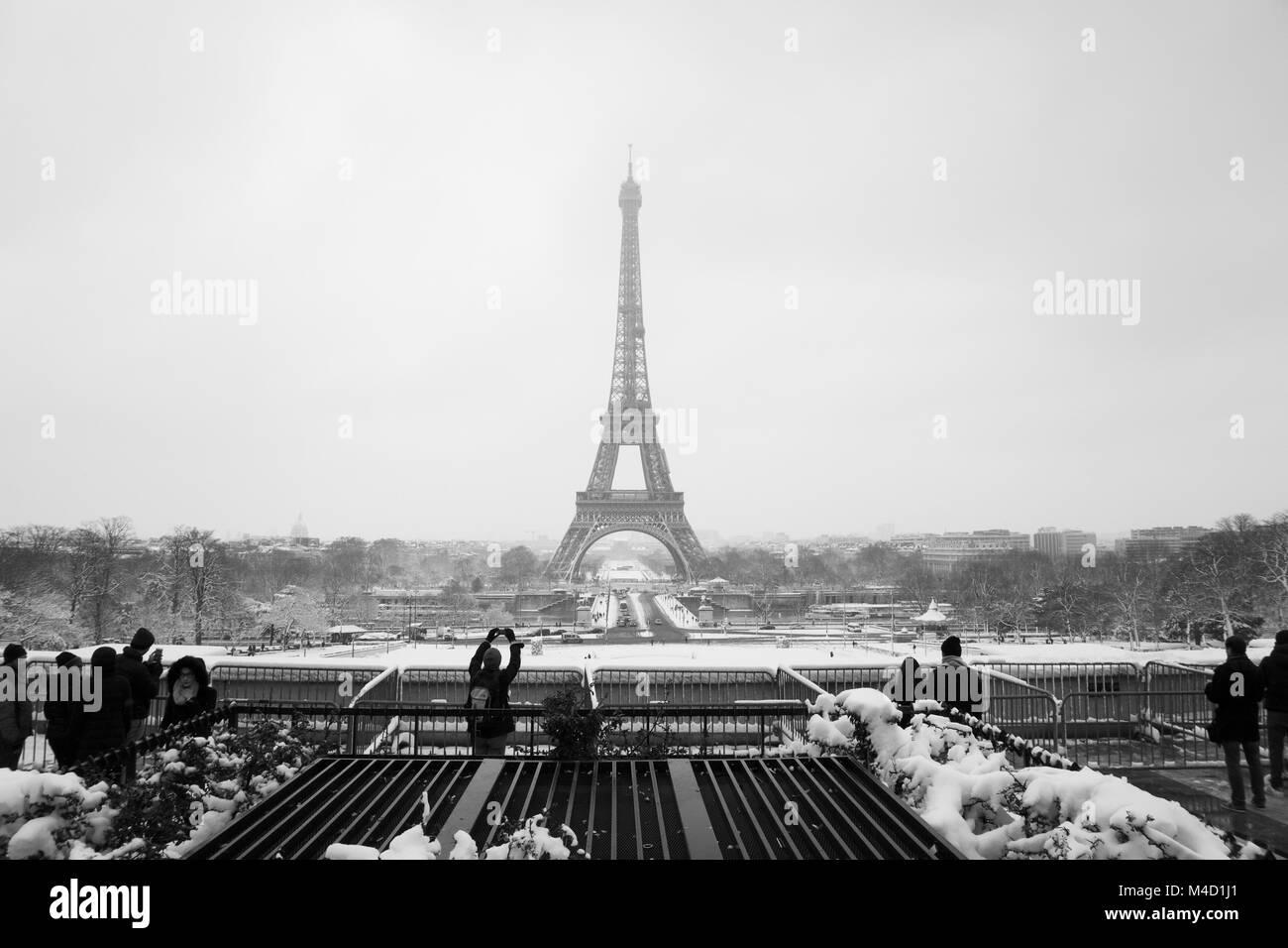 Les touristes au Trocadéro monument pendant l hiver et la snowday ... 9ecf1d25bb9