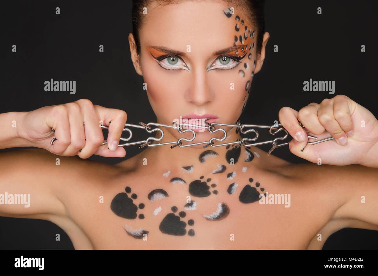 Jeune femme avec motifs animaliers et collier Photo Stock