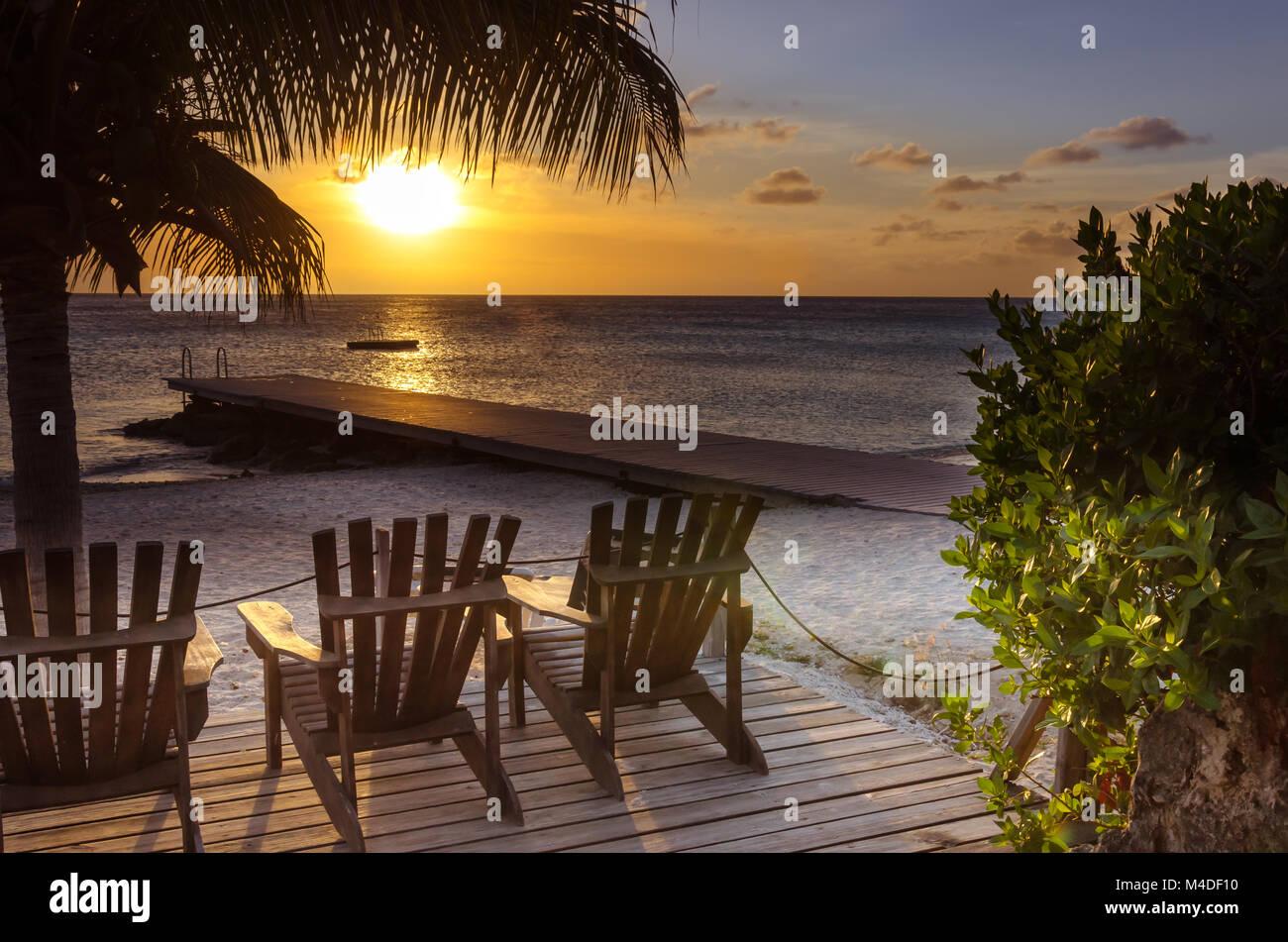 Incroyable Coucher du soleil à la plage de sable blanc de Porto Mari Photo Stock