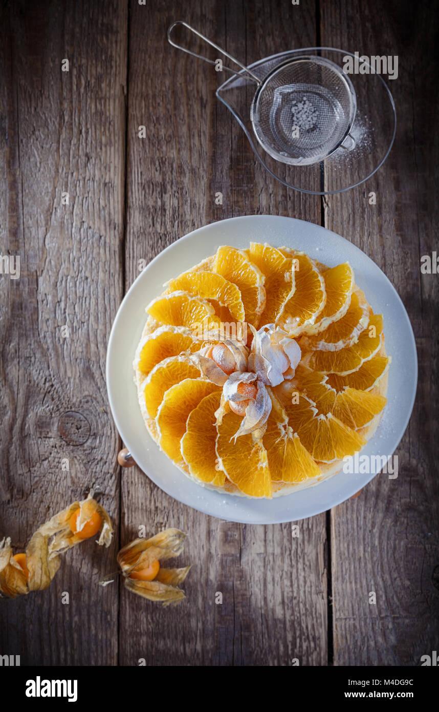 Cheesecake décorée avec des oranges et de physalis Photo Stock