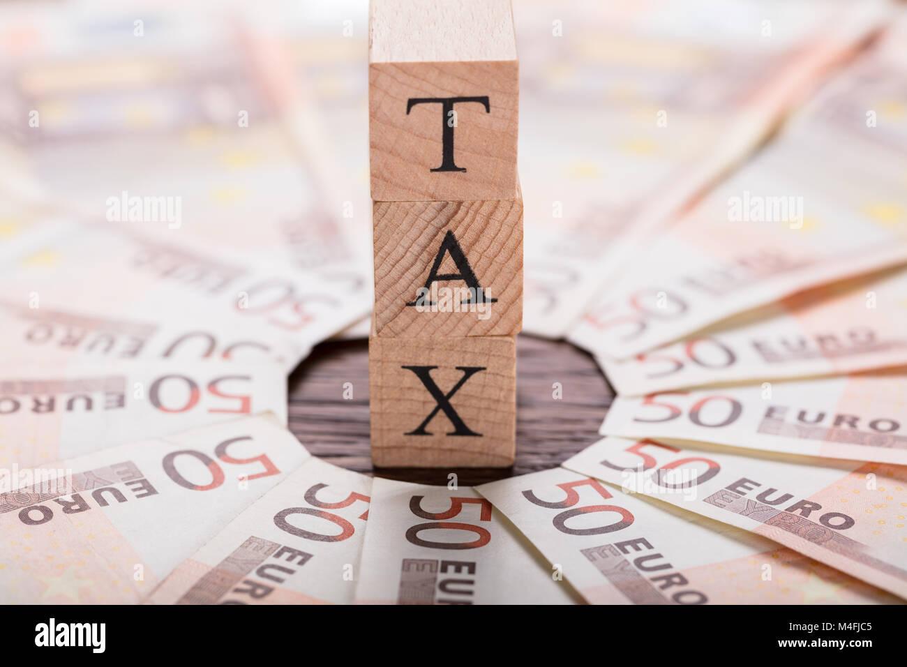 Concept d'impôt avec les billets en euros sur un bureau en bois Photo Stock