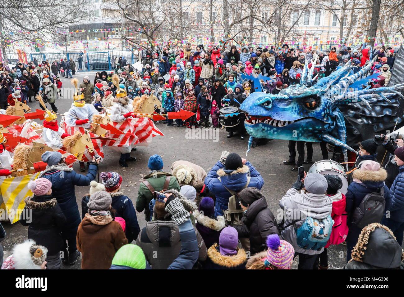 Moscou, Russie. 16 Février, 2018. Les élèves regarder un spectacle théâtral représentant une bataille entre chevaliers Banque D'Images