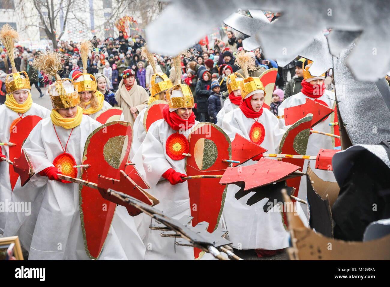 Moscou, Russie. 16 Février, 2018. Une scène d'un spectacle théâtral représentant une bataille entre chevaliers et Banque D'Images