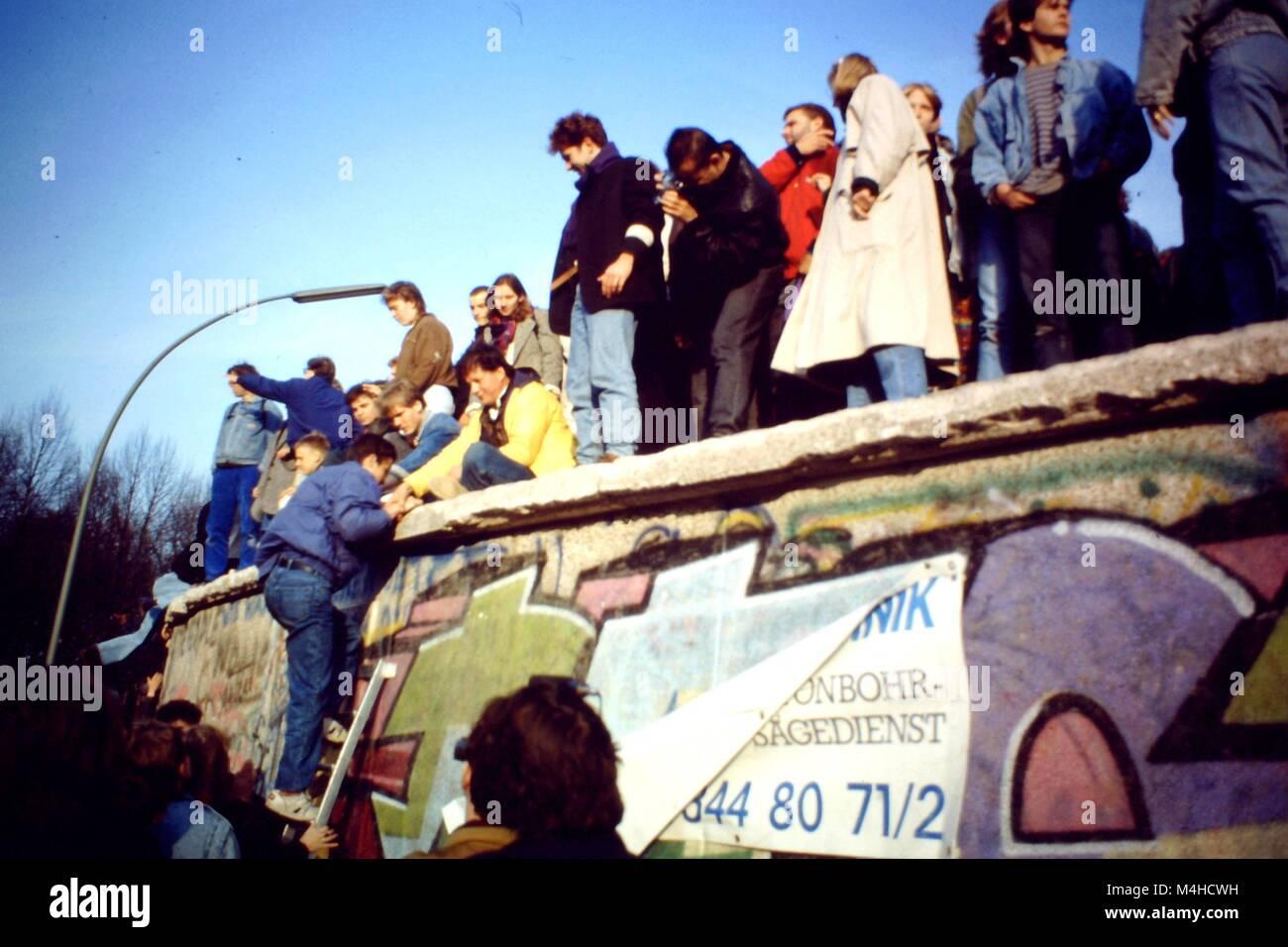 Les gens montent-graffiti mur peint à Berlin pendant l'ouverture des frontières. Photo Stock
