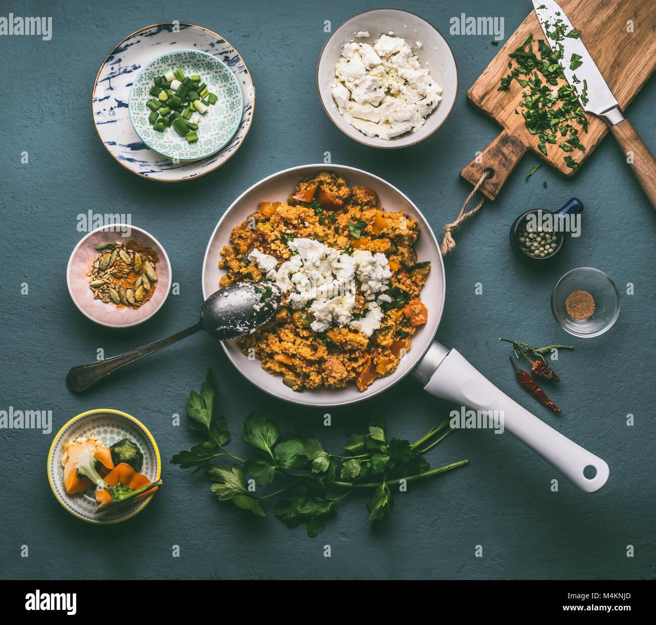 Un Vegetarien Sain Pot Couscous De Legumes Et Fromage Feta En Blanc Pan Vue D En Haut Repas Savoureux Diner Fait Maison Facile Photo Stock Alamy