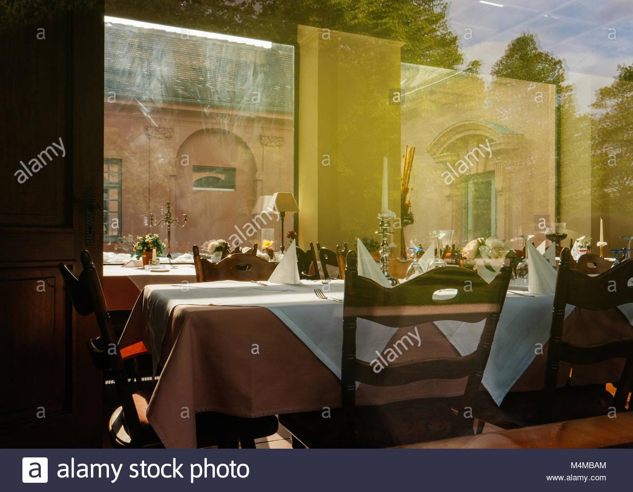 Table vide dans le prêt pour des repas Photo Stock