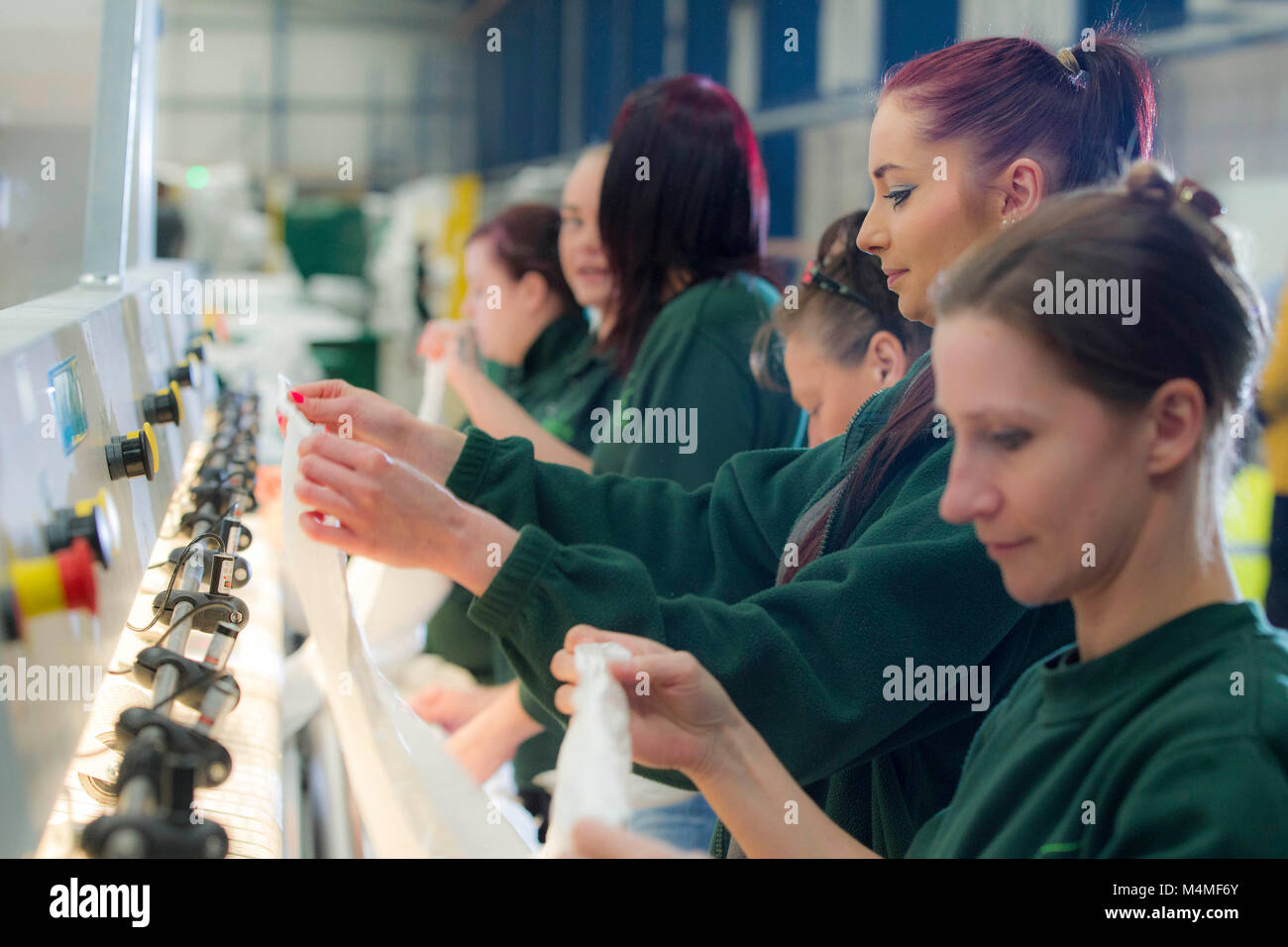 Les ouvriers d'usine travaillant dans la laverie industrielle Photo Stock