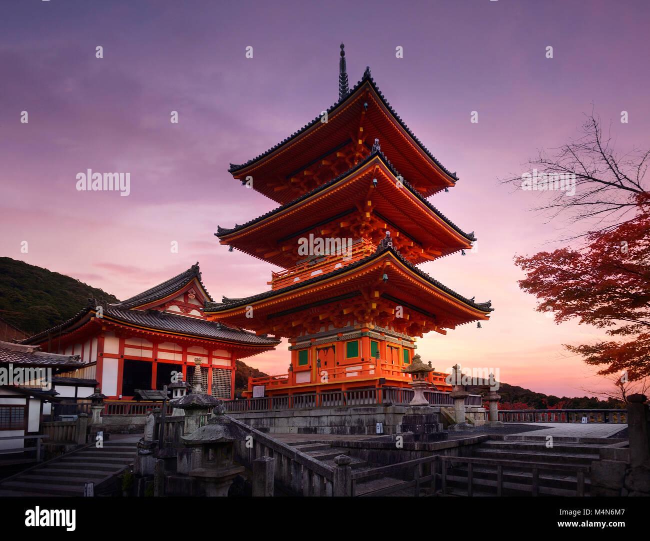 Temple Kiyomizu-dera, Sanjunoto pagode à Kyoto en magnifique matin d'automne lever du soleil paysage. Temple Photo Stock