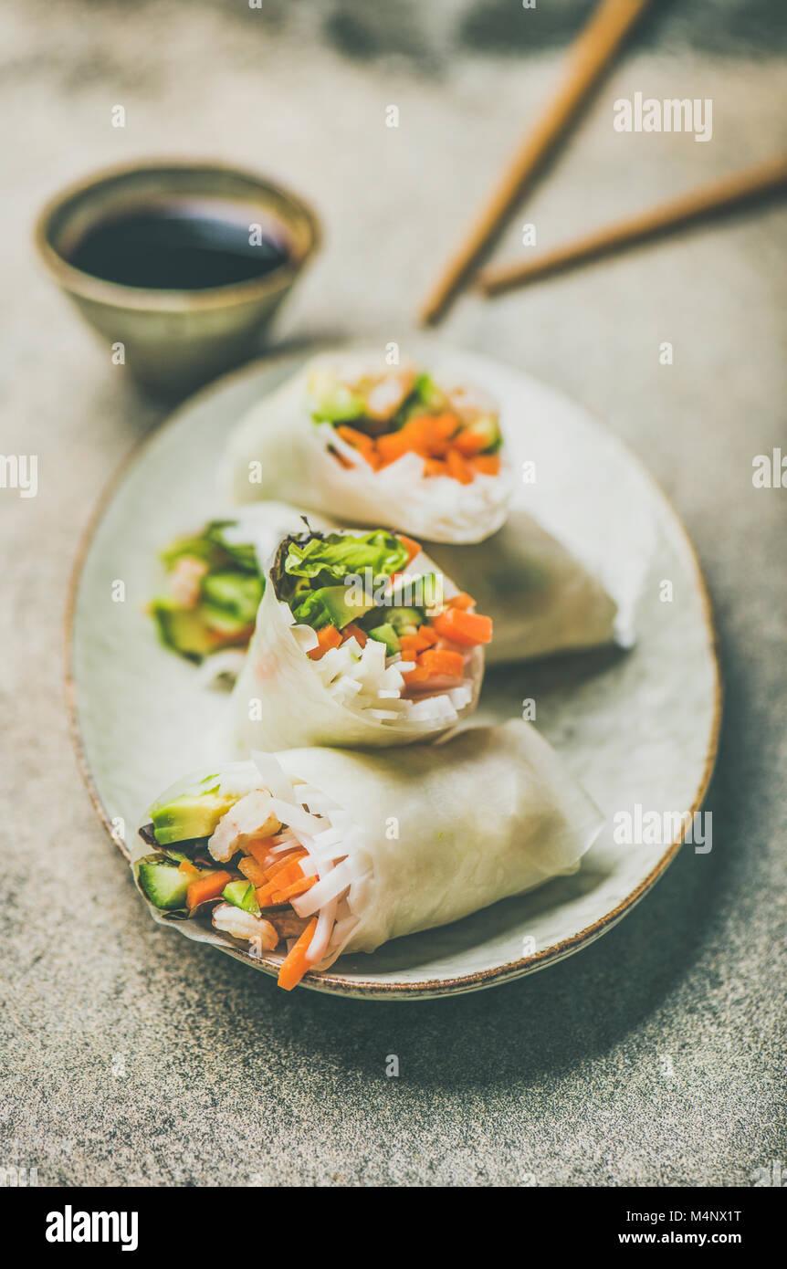 Papier de Riz aux crevettes et aux légumes rouleaux de printemps avec sauce sur plaque en céramique sur Photo Stock