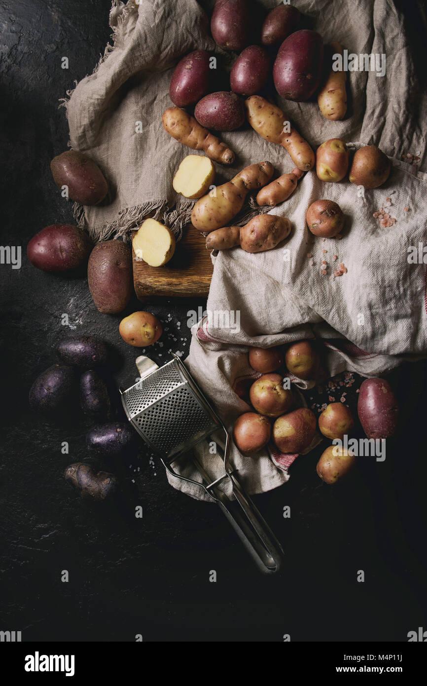 Variété de matières organiques non cuits pommes de différents types et couleurs rouge, jaune, Photo Stock