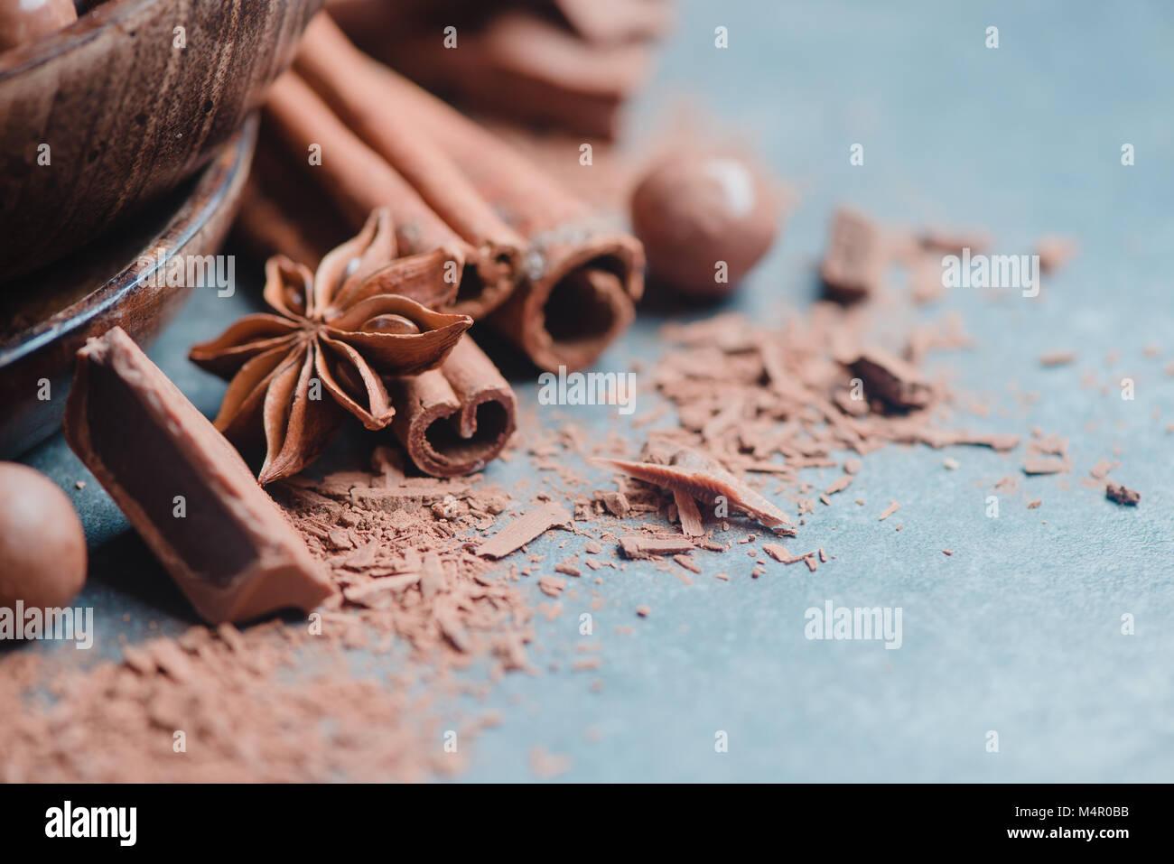 En-tête avec morceaux de chocolat, d'épices, d'anis étoile, la cannelle et cacao sur un fond Photo Stock