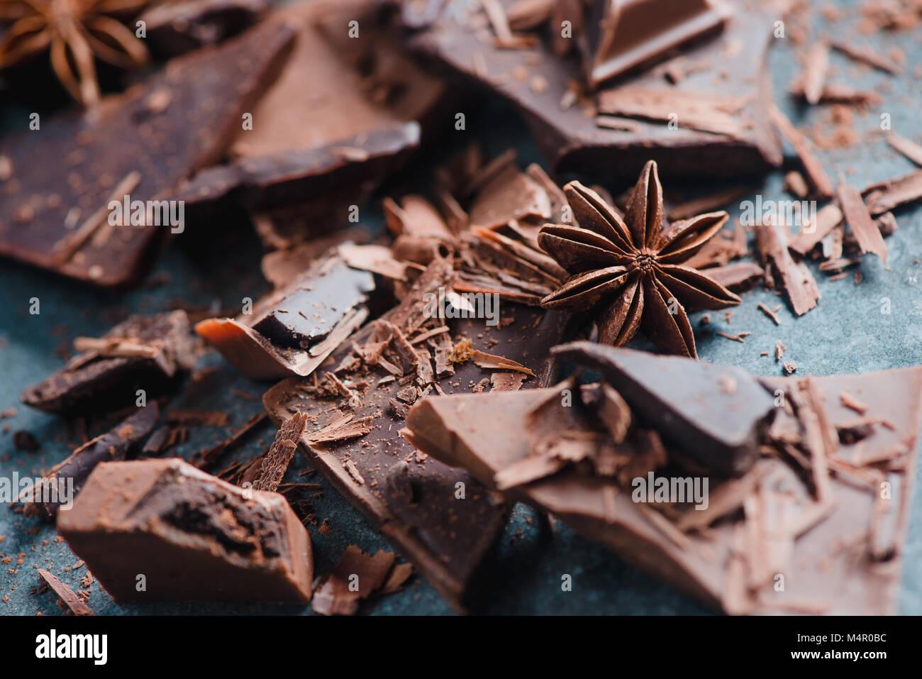 La cuisson et les desserts accueil concept. Pièces en chocolat, d'épices, d'anis étoile, Photo Stock