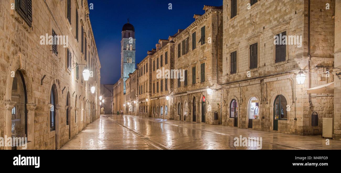 Classic vue panoramique de Stradun célèbre, la rue principale de la vieille ville de Dubrovnik, dans un Photo Stock