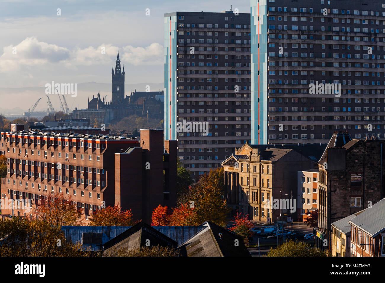Vue sur les gratte-ciel de Glasgow avec vue sur les logements sociaux vers le clocher de l'Université de Glasgow avec grues de chantier en arrière-plan, Écosse, Royaume-Uni Banque D'Images