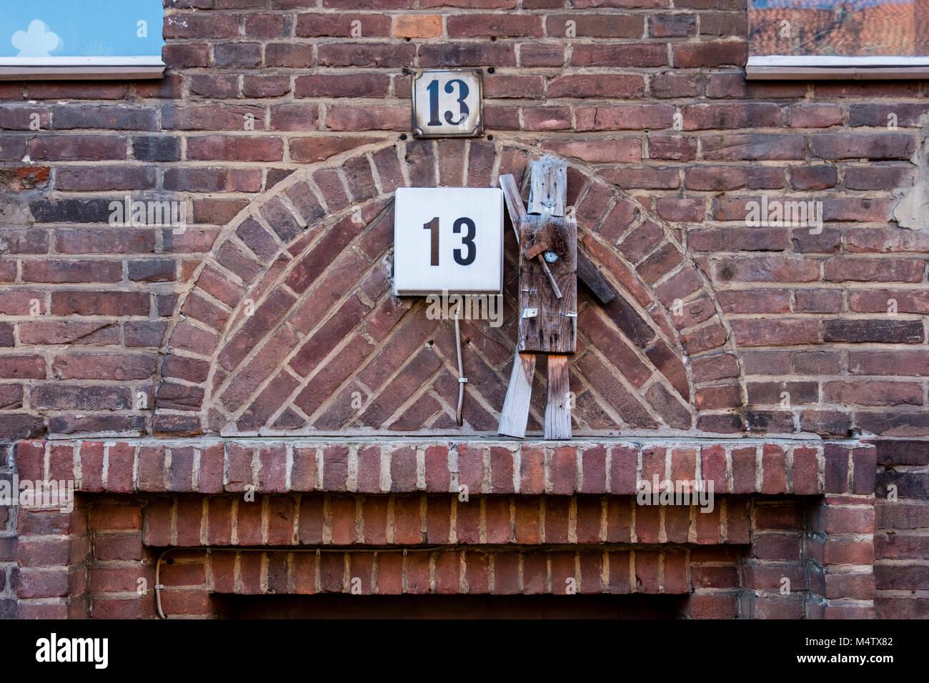 Accueil de Berlin. Détail de construction, Klinker brick wall avec naïve sculpture en bois de l'homme Photo Stock