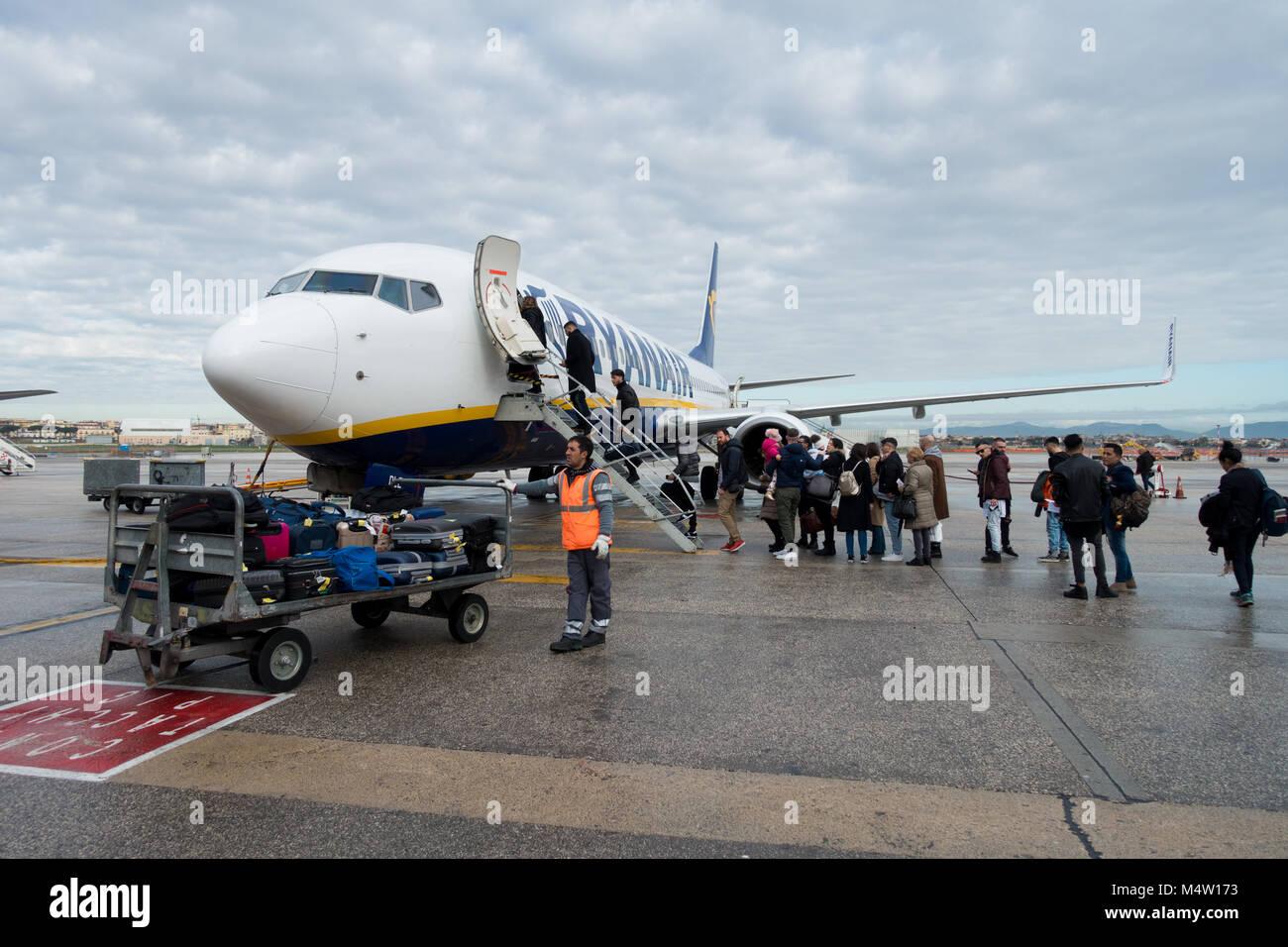 Les passagers d'un avion Ryanair après leur nouveau sac cabine politique est entrée en vigueur - de Photo Stock