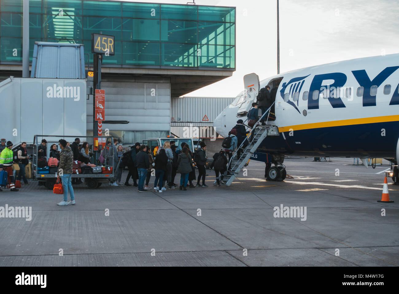 Les passagers d'un avion Ryanair après leur nouveau sac cabine politique est entrée en vigueur - les Photo Stock