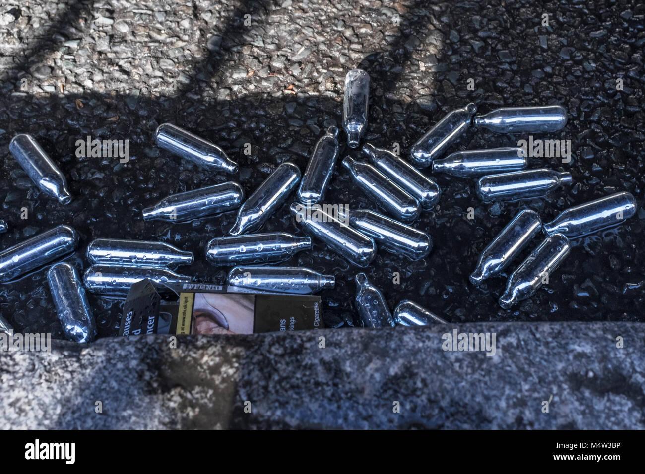Cartouches d'oxyde nitreux jetés dans Street, London, UK Banque D'Images