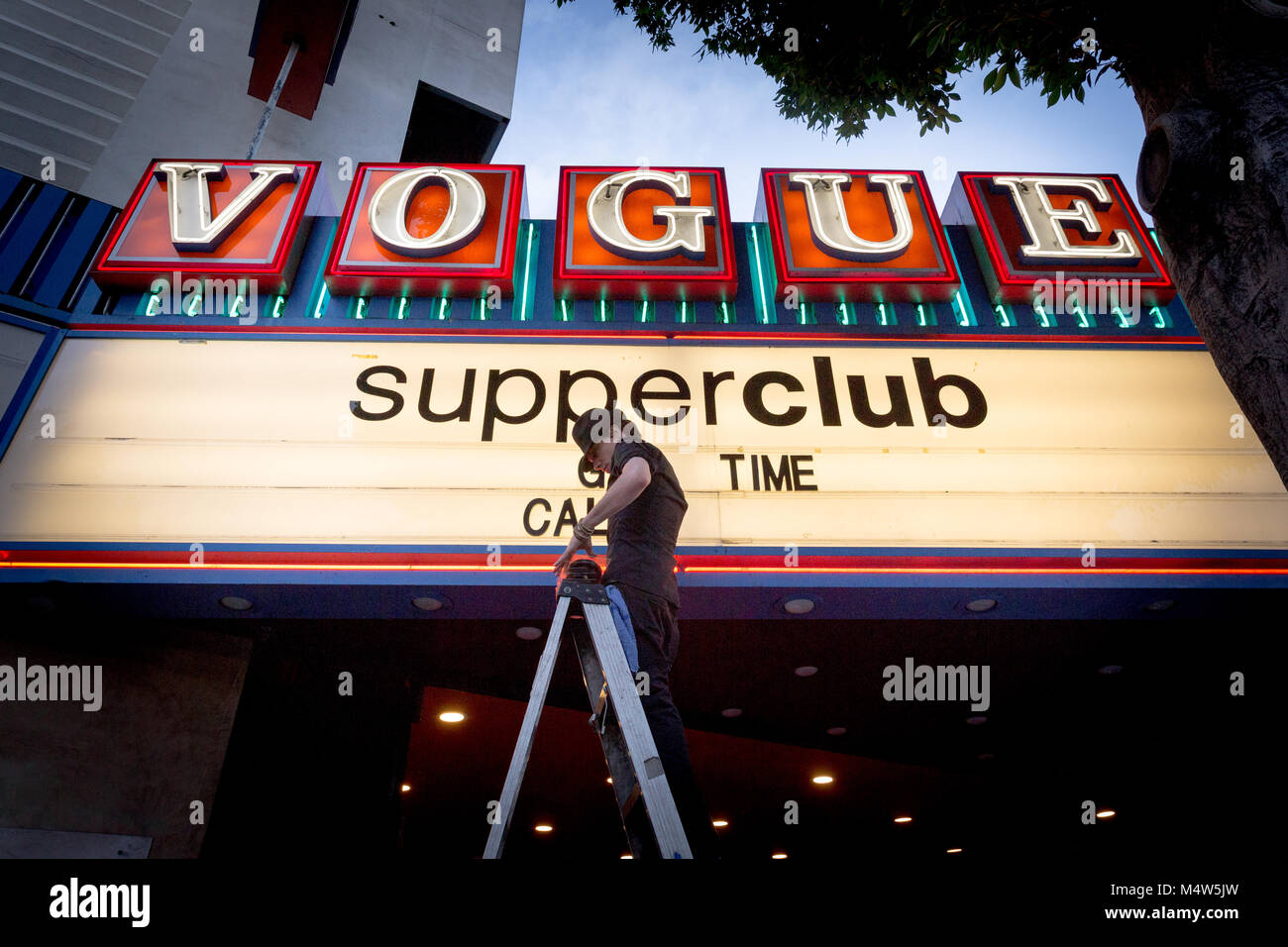 Sur l'échelle de l'homme lettres suspendues sur les manifestations de Vogue Theatre à Hollywood, Photo Stock