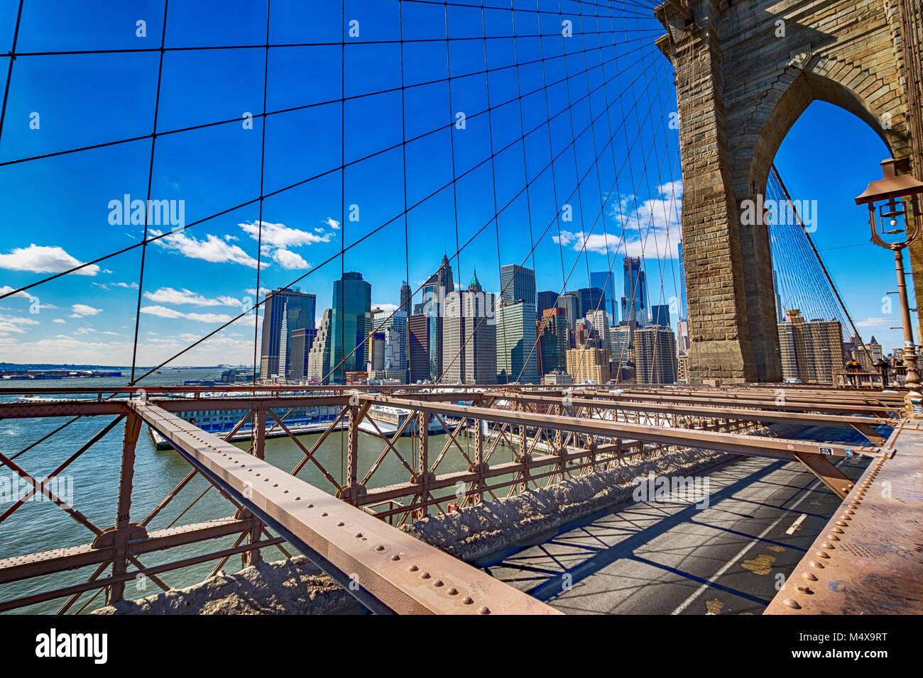 Le Pont de Brooklyn et les toits de Manhattan. Photo Stock
