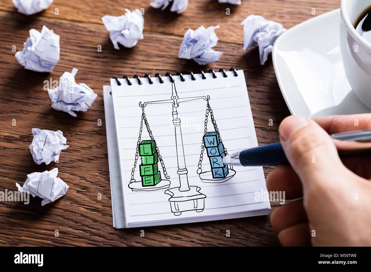 Équilibre travail-vie dessin dans le bloc-notes à 24 Banque D'Images