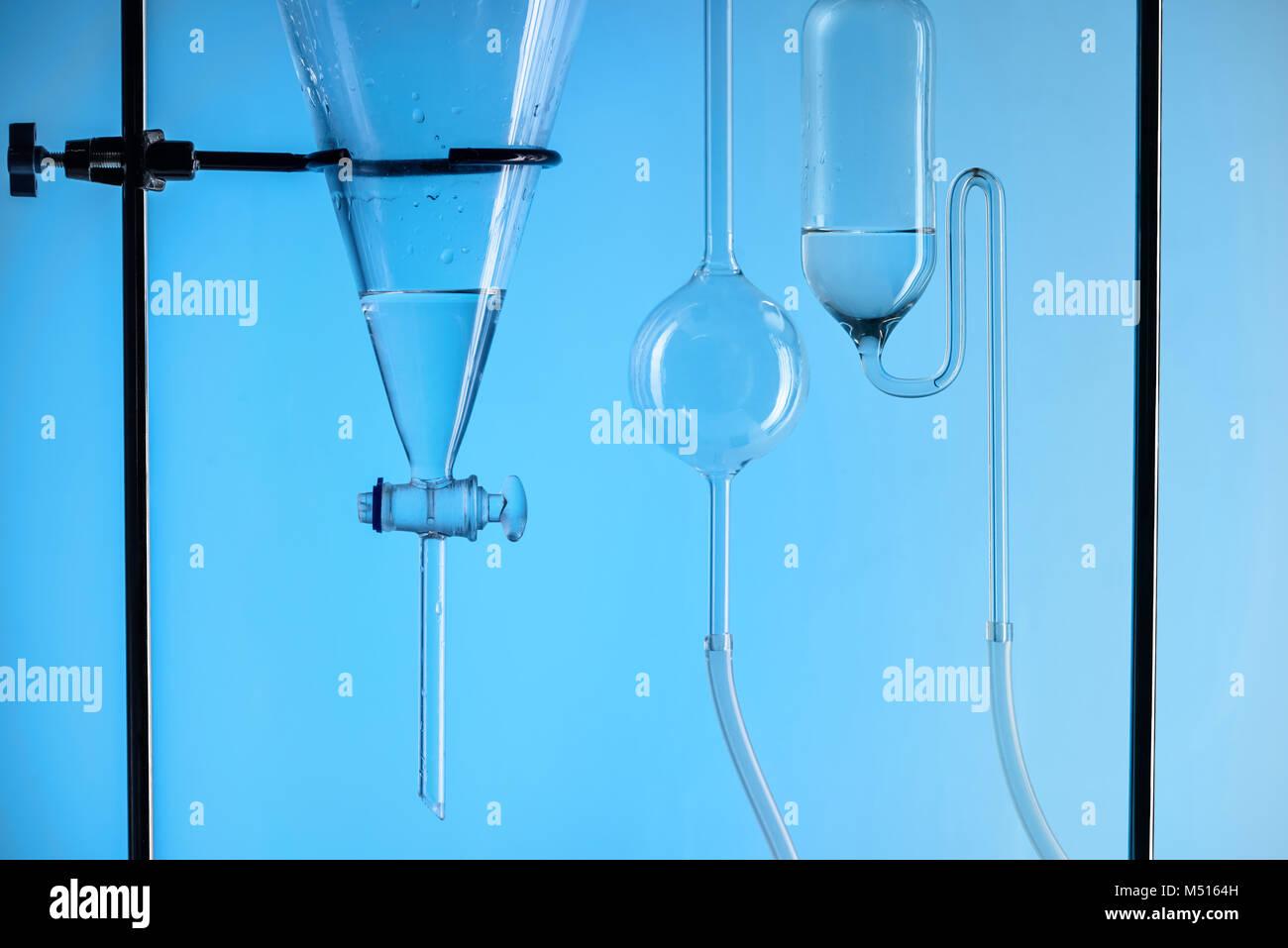 Substance chimique en laboratoire de test avec isolé sur bleu Banque D'Images
