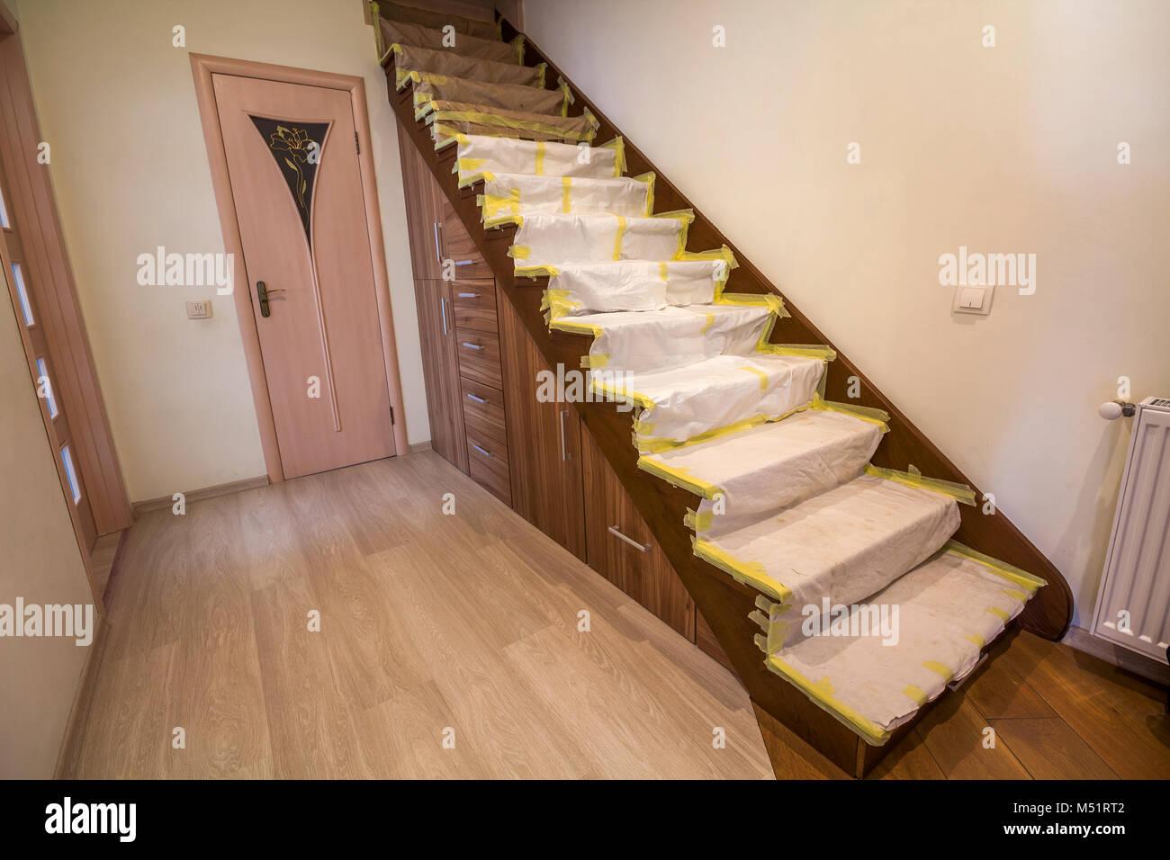 Accueil Interieur Avec Escalier En Chene En Bois Recouvert De Tissu