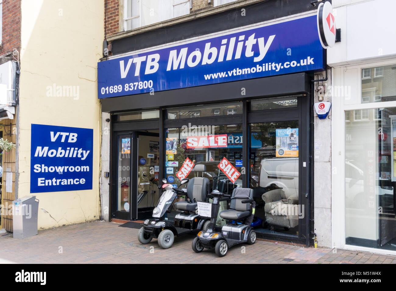 La mobilité à Orpington VTB High Street avec un fauteuil motorisé à vendre à l'extérieur Photo Stock
