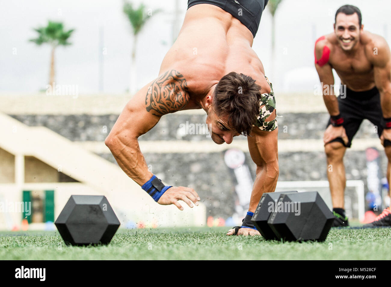 Man doing handstand durant la compétition crossfit, Tenerife, Canaries, Espagne Photo Stock