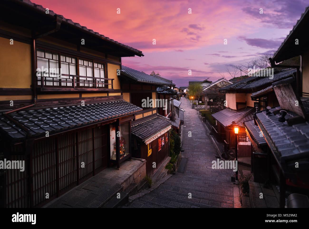 Beau lever de paysage de rue historique dori Yasaka à Kyoto vide et calme en début de matinée aux couleurs rouge Banque D'Images