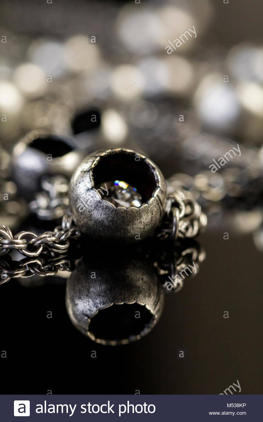Assortiment de bijoux de fantaisie en argent avec un tas de chaînes  brouillées avec différents liens bfb1da6e6989