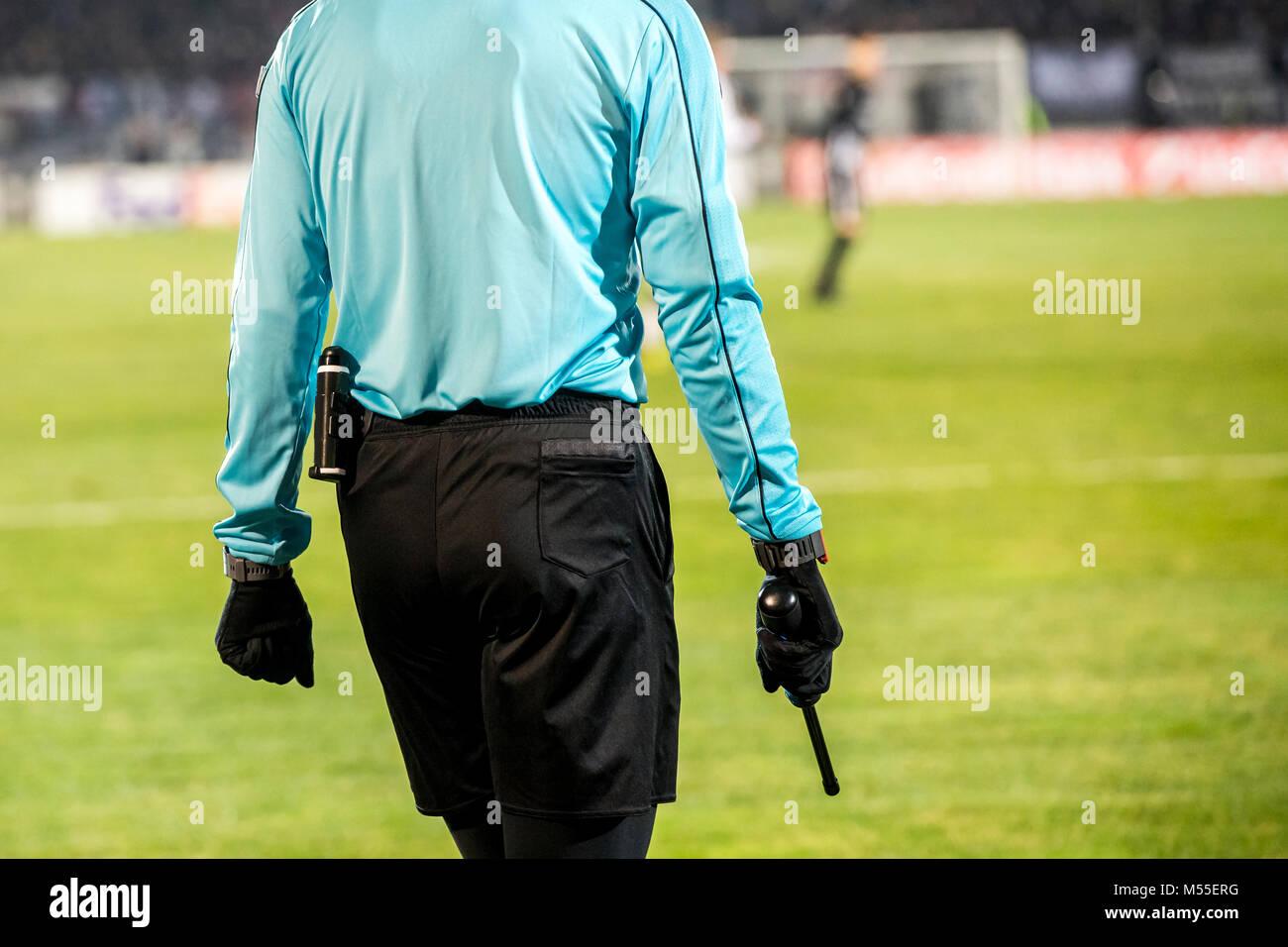 Arbitres assistants de la signalisation sur la ligne de touche pendant un match de foot Photo Stock