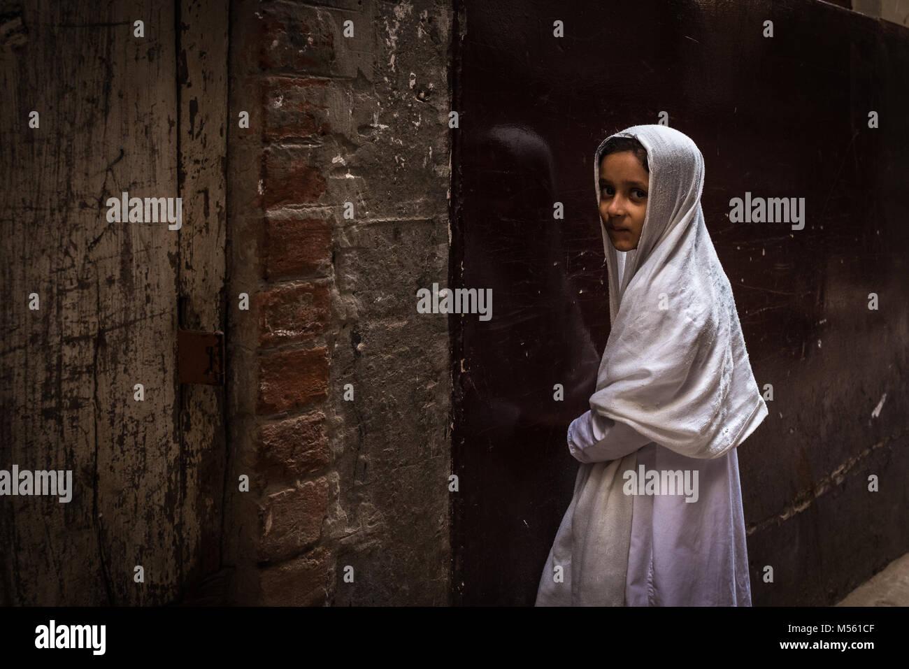 Timide jeune fille musulmane debout dans une ruelle varanasi inde photo stock