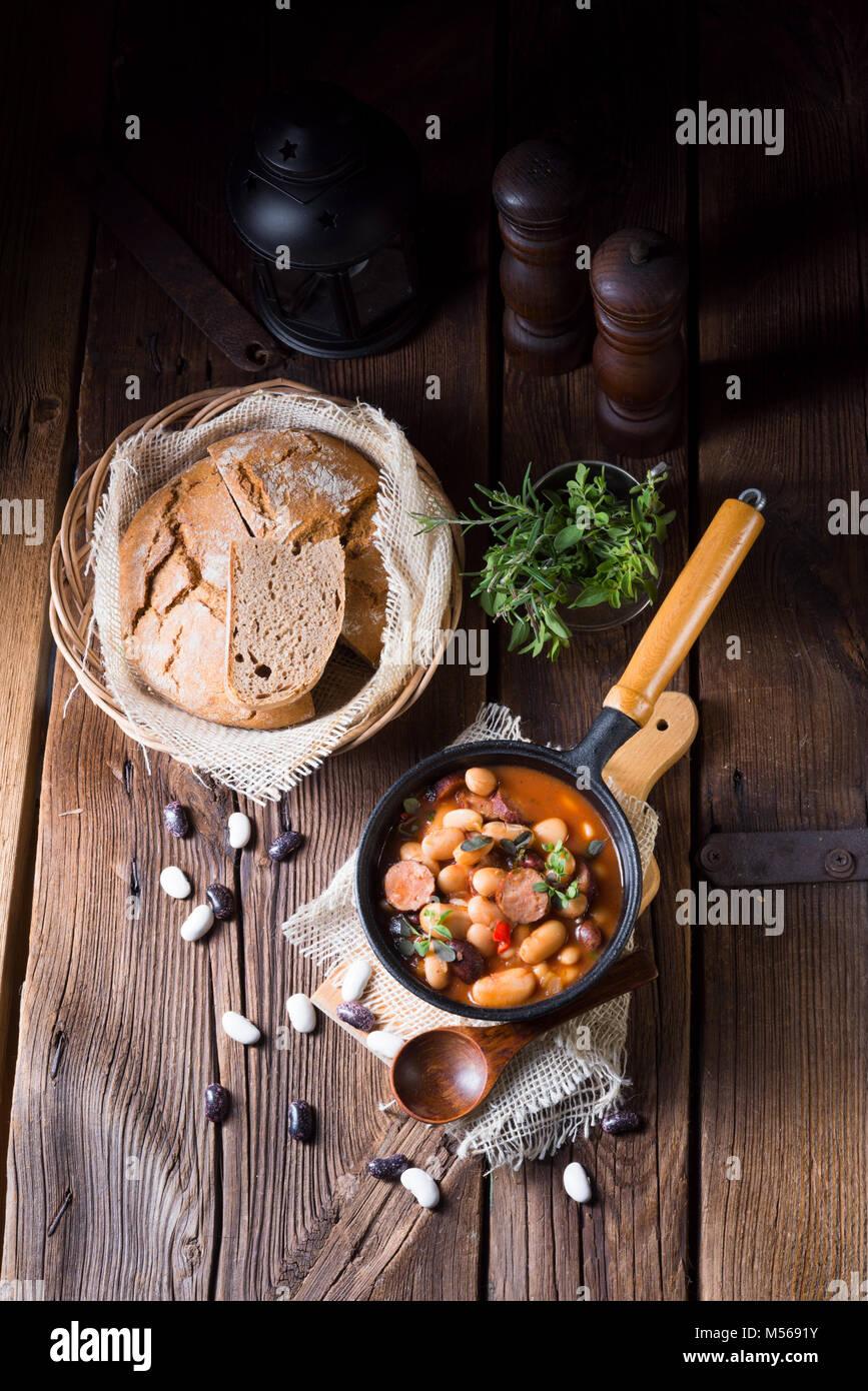 Haricots cuits au four avec de la saucisse polonaise Photo Stock