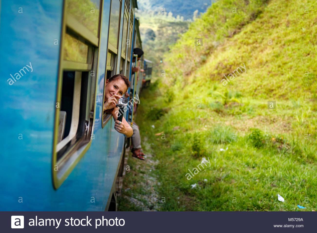 La voie de train onn Kandy à Ella parmi les plantations de thé et les montagnes, au Sri Lanka Photo Stock