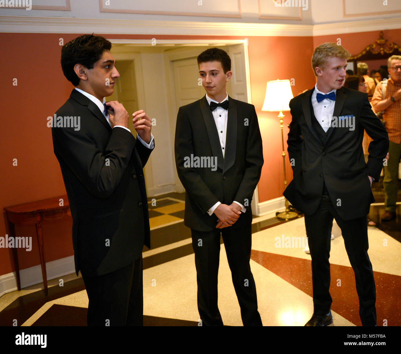 17 ans nerveux high school juniors attendent leur prom dates. Photo Stock