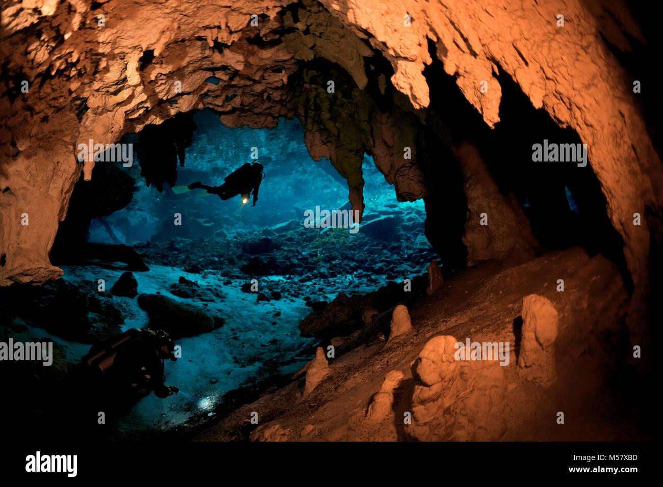 L'intérieur du plongeur spéléo Grand cénote cénote, Cenotes, Tulum, Yucatan, Quintana Photo Stock