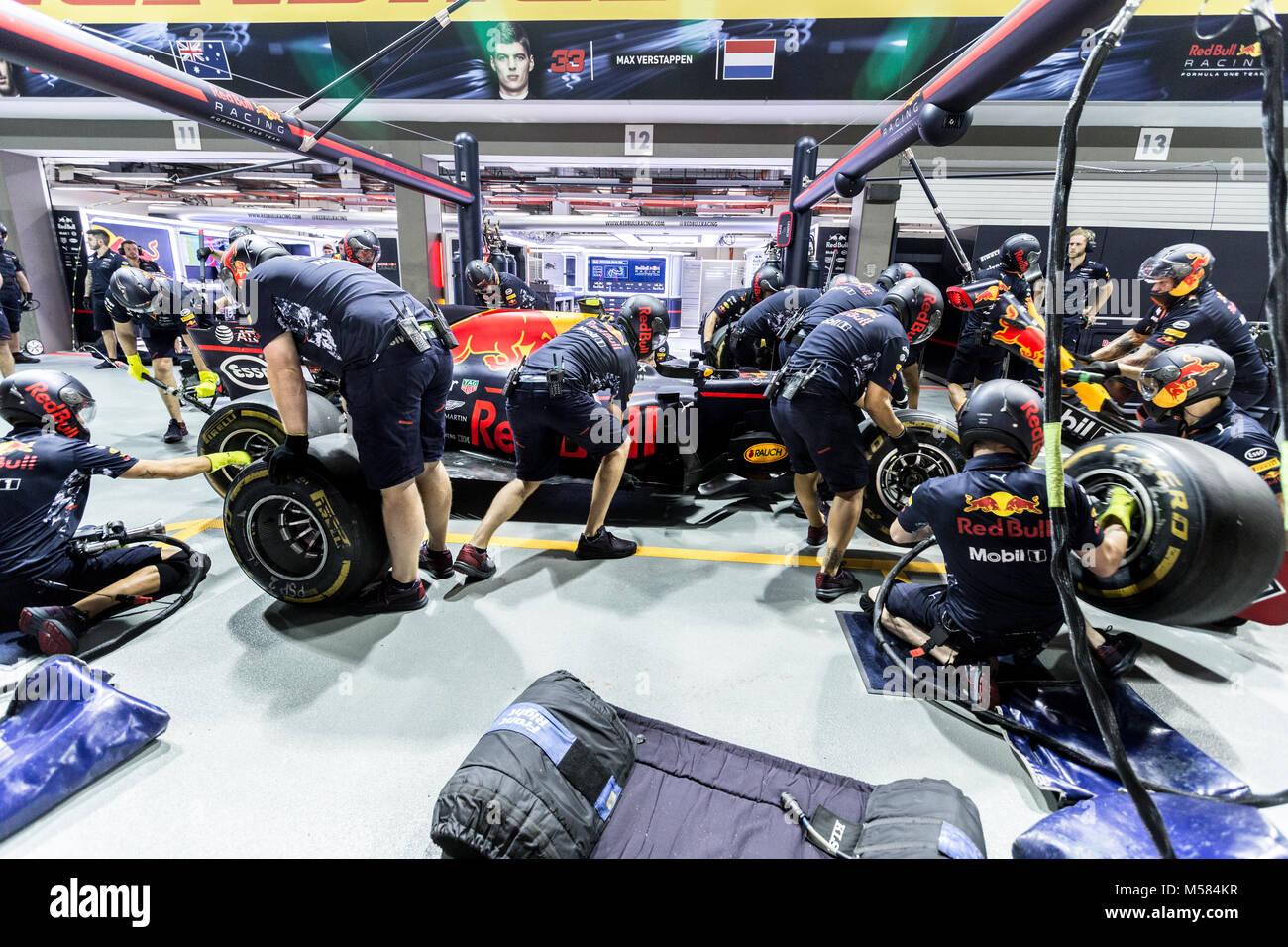 La formule un F1 Red Bull pit crew travaillant sur le garage au cours de pit stop Banque D'Images