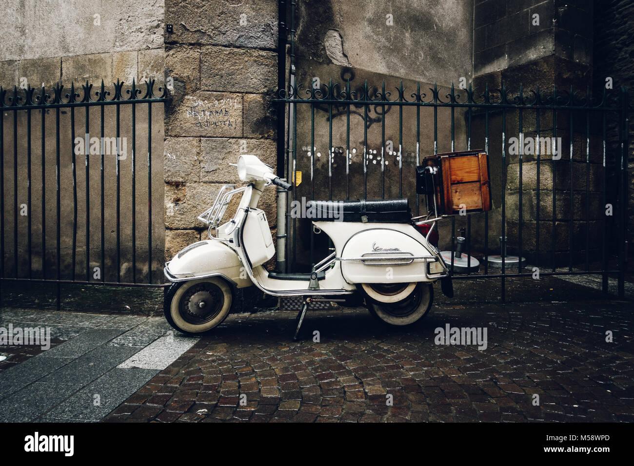 NANTES, FRANCE - CIRCA JANVIER 2018: Un scooter Vespa vintage garée dans la rue par un jour de pluie. Banque D'Images