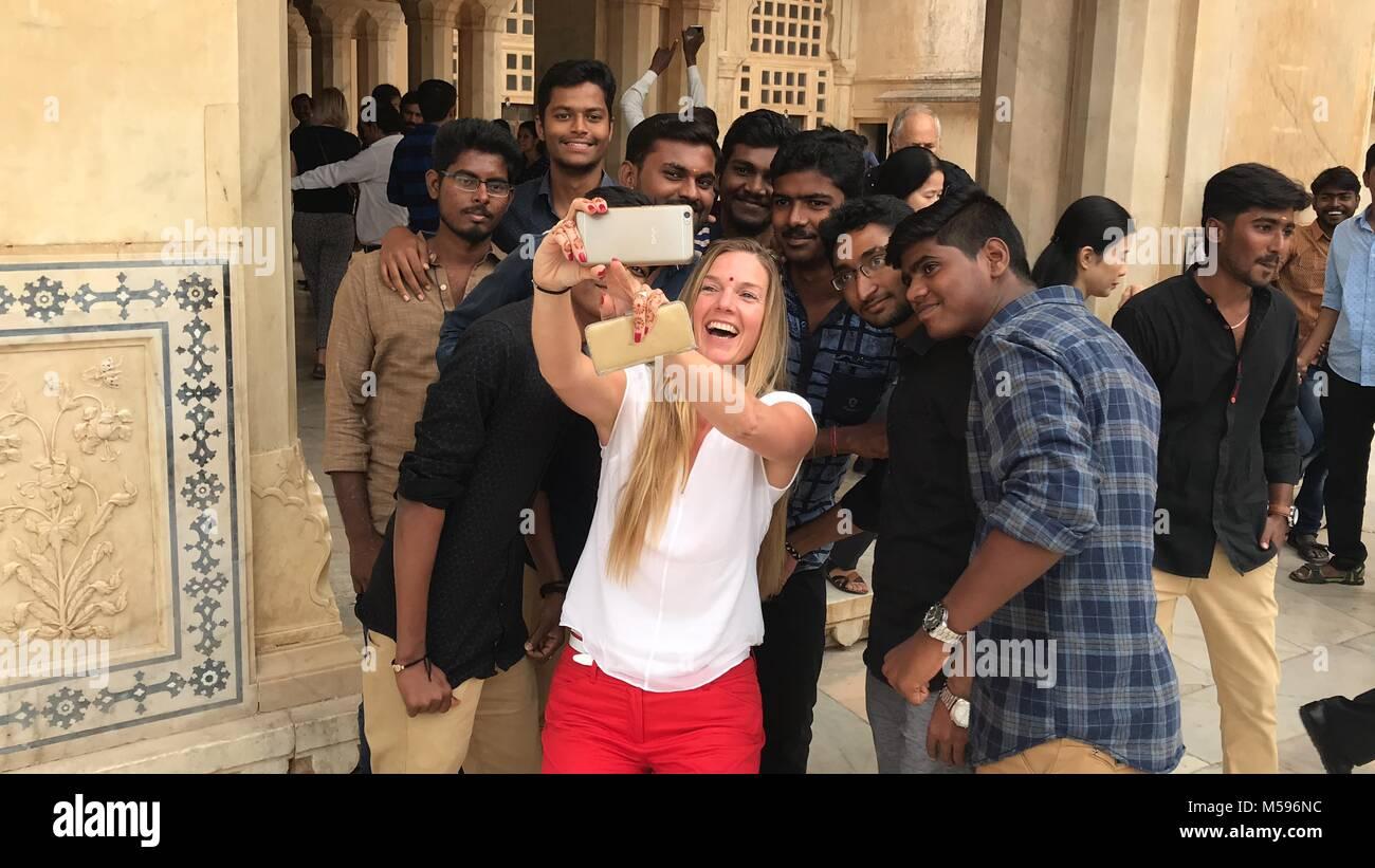 Prendre une fille avec selfies fans Photo Stock